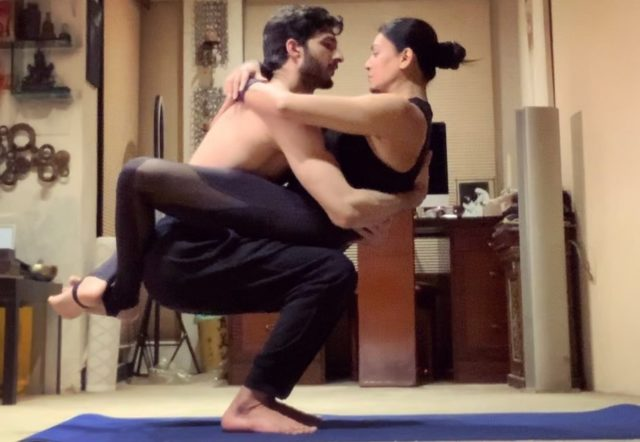 bollywood-actress-sushmita-sen-yoga-with-boyfriend-rohman-shawl