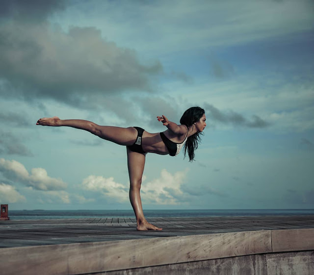 tv-star-abigail-pande-posts-steamy-yoga-picture