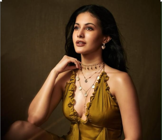 tandav actress amyra dastur look so hot with her latest picture